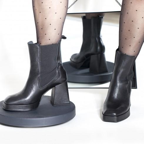 Czarny botek-sztyblet na...