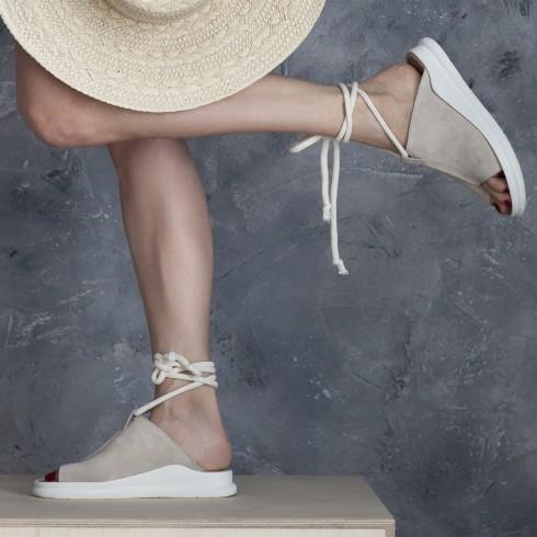 Beżowy sandałek z ozdobnym...